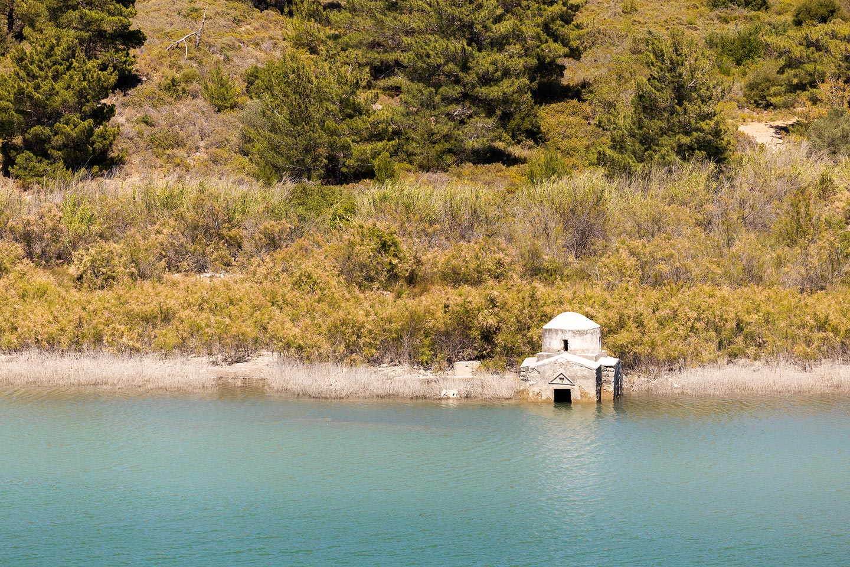 Церковь Успения Богородицы. Озеро в деревне Аполаккия.