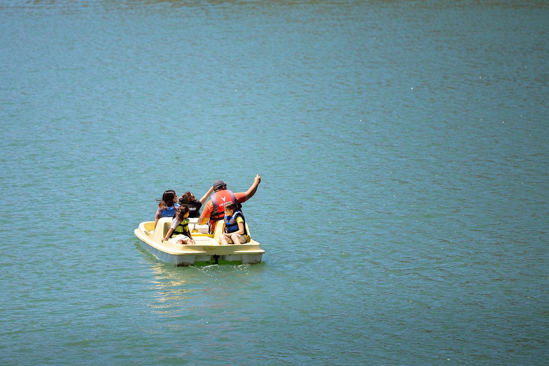 Прогулка на лодке. Озеро в деревне Аполаккия. Природа острова Родос